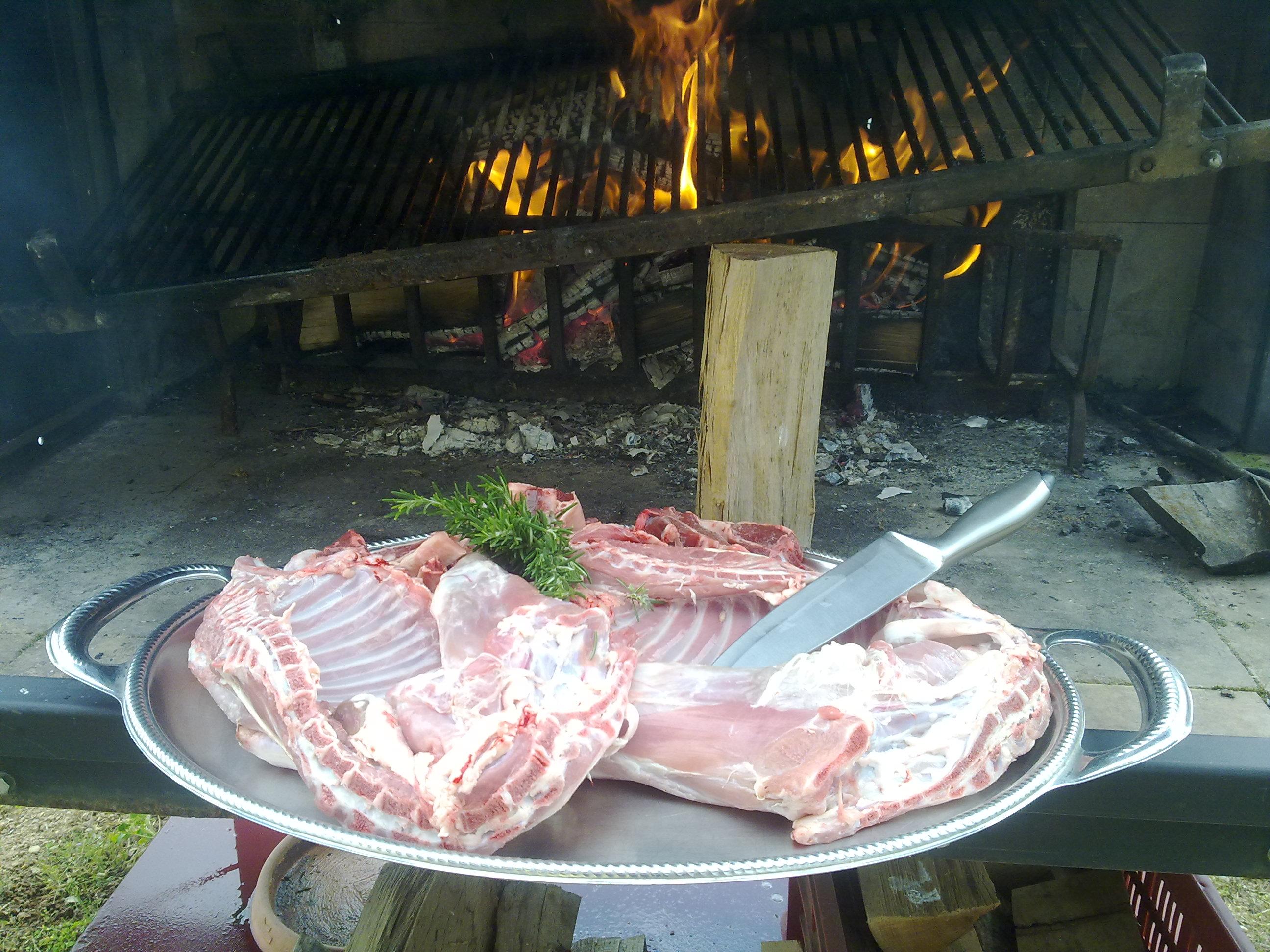 Capretto in 2 metà e bciline d'agnello pronte per la griglia